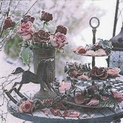 Dekorace s ojínělými růžemi 33x33
